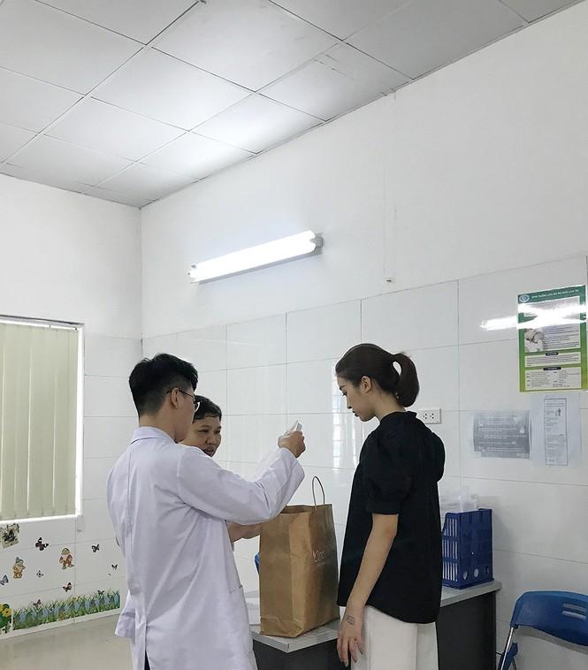 Đỗ Mỹ Linh tặng quần áo và đóng viện phí cho bé sơ sinh bị bỏ rơi 3 ngày dưới hố gas - ảnh 2