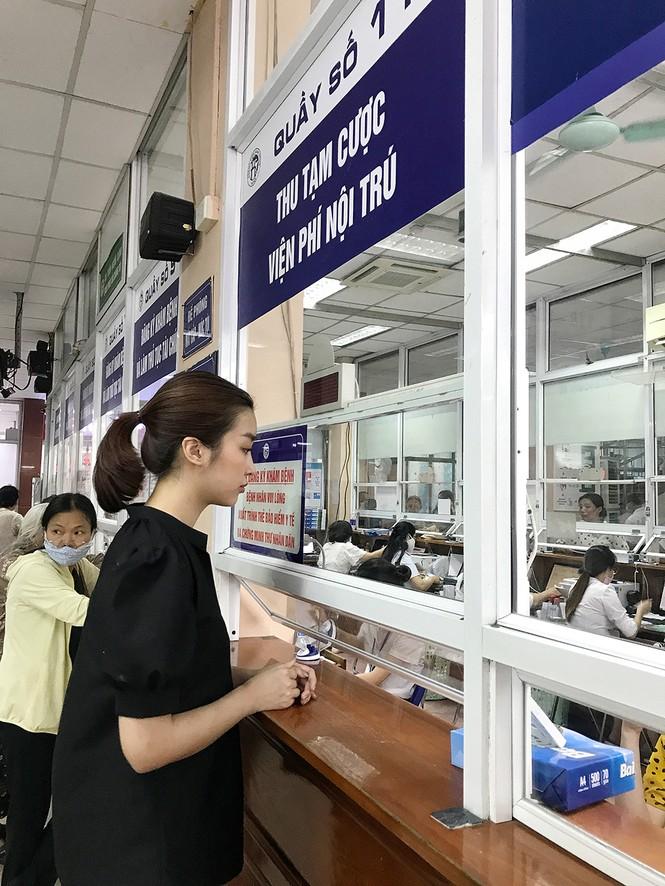 Đỗ Mỹ Linh tặng quần áo và đóng viện phí cho bé sơ sinh bị bỏ rơi 3 ngày dưới hố gas - ảnh 1