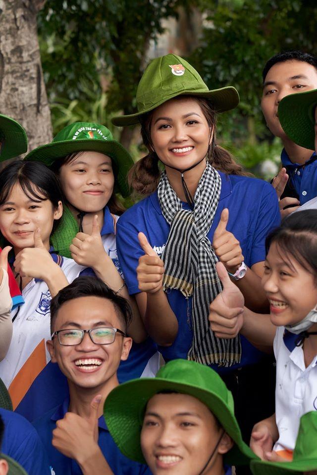 Hoa hậu Diễm Hương hoá gái Nhật, H'Hen Niê rạng rỡ mặc áo xanh tình nguyện - ảnh 5