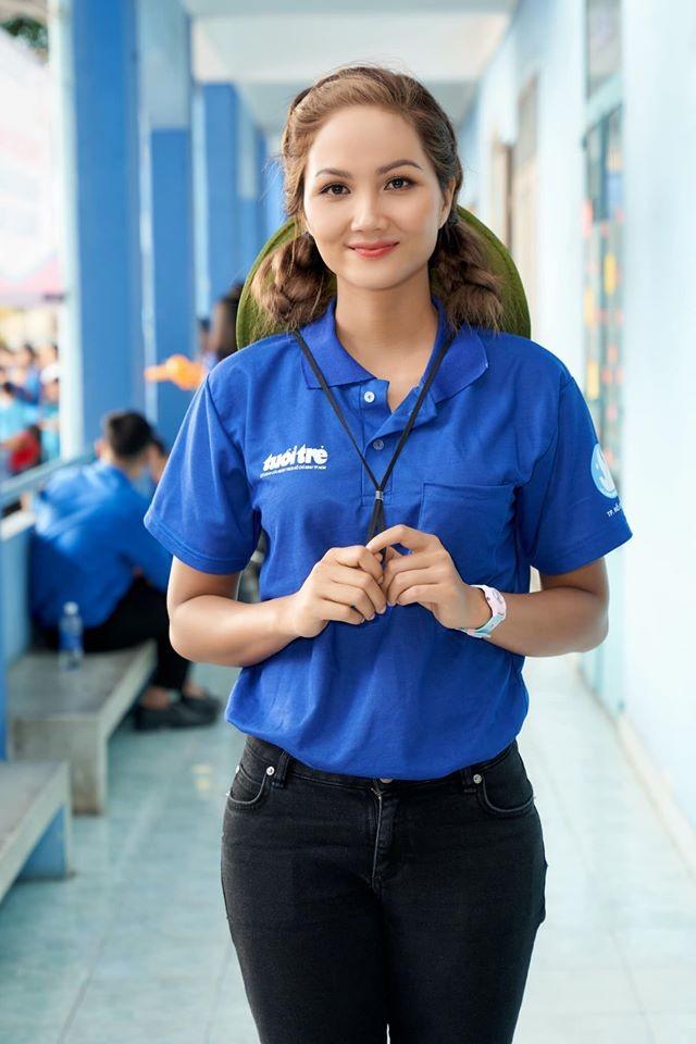 Hoa hậu Diễm Hương hoá gái Nhật, H'Hen Niê rạng rỡ mặc áo xanh tình nguyện - ảnh 3