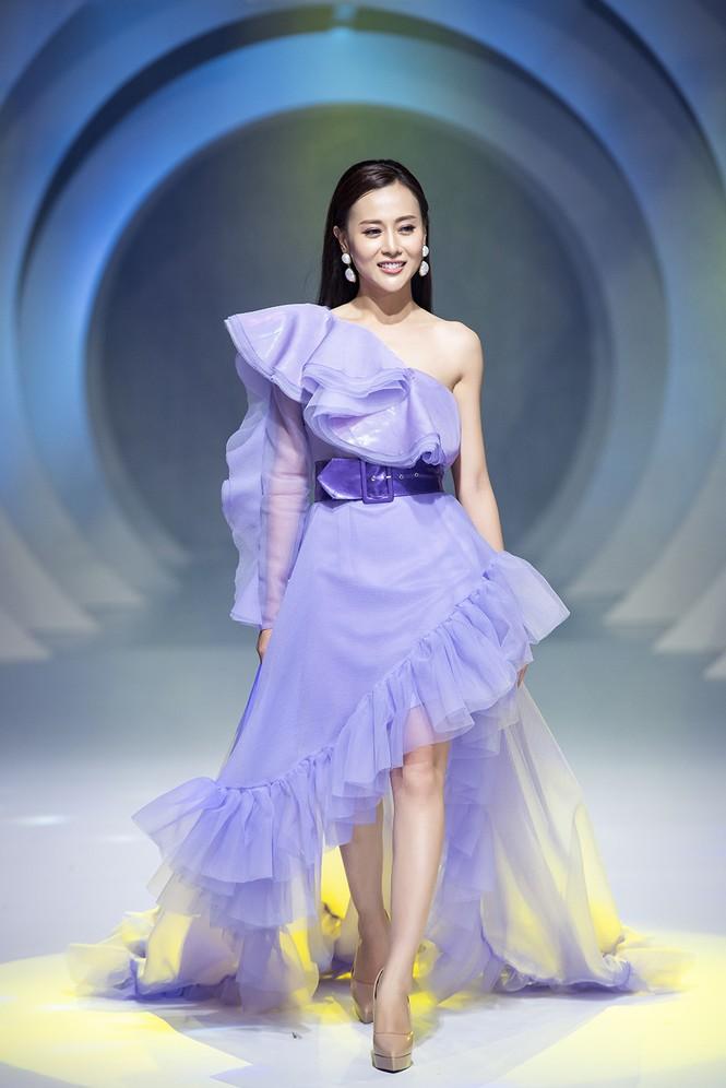 Lynk Lee điệu đà như công chúa, lần đầu làm vedette sàn catwalk sau khi chuyển giới - ảnh 10