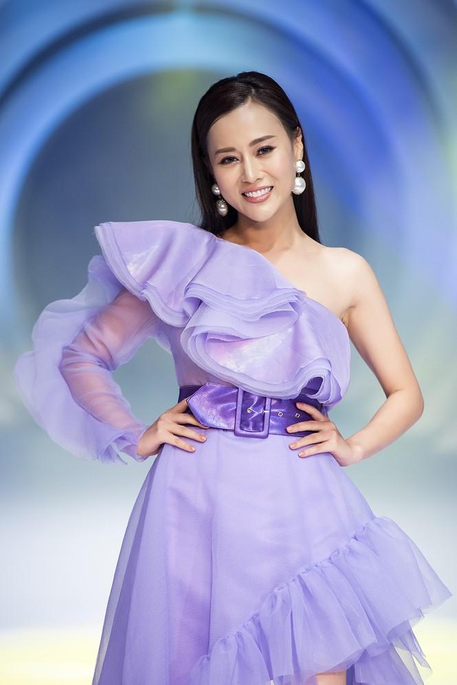 Lynk Lee điệu đà như công chúa, lần đầu làm vedette sàn catwalk sau khi chuyển giới - ảnh 11