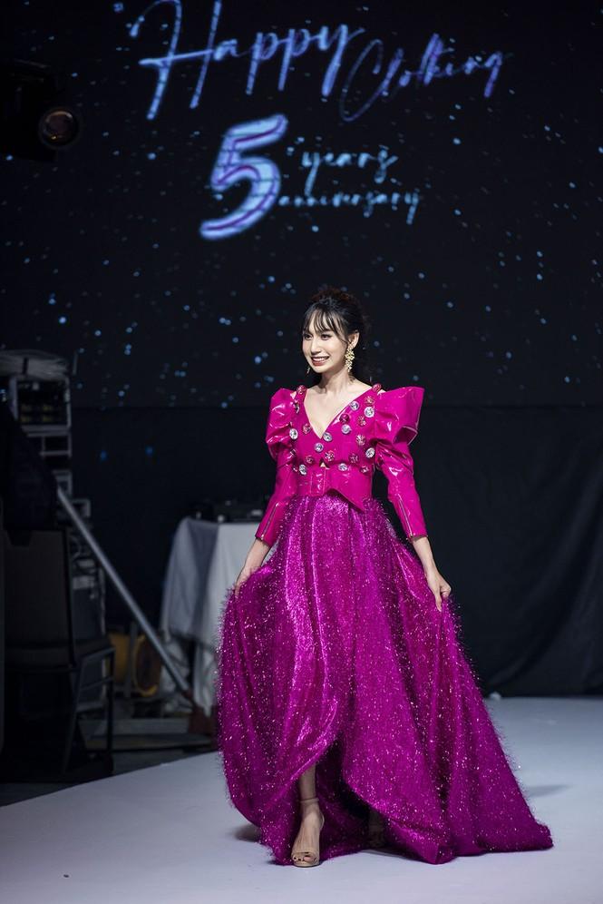 Lynk Lee điệu đà như công chúa, lần đầu làm vedette sàn catwalk sau khi chuyển giới - ảnh 4