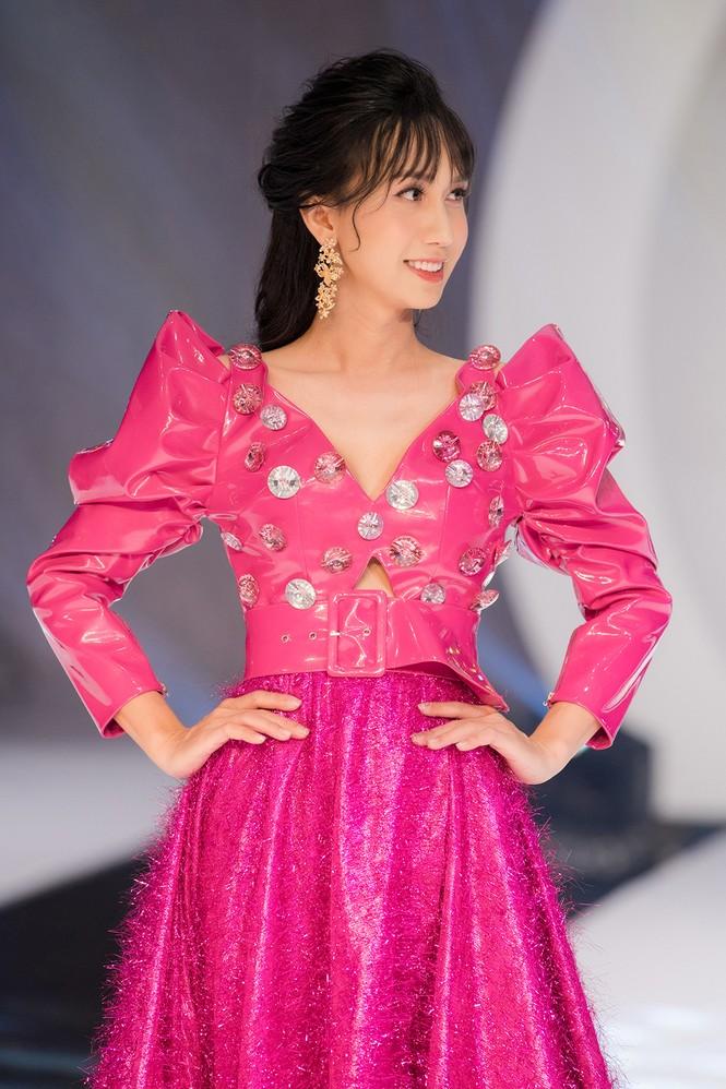 Lynk Lee điệu đà như công chúa, lần đầu làm vedette sàn catwalk sau khi chuyển giới - ảnh 5