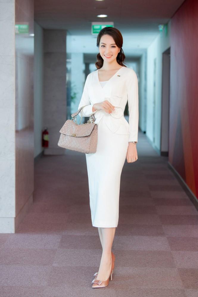 Á hậu Thụy Vân 'tái xuất' khán giả VTV, tiếp tục dẫn 'Chuyển động 24h' - ảnh 1