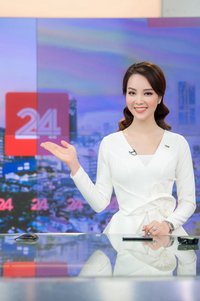Á hậu Thụy Vân 'tái xuất' khán giả VTV, tiếp tục dẫn 'Chuyển động 24h' - ảnh 9