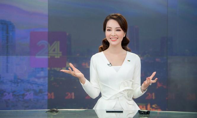 Á hậu Thụy Vân 'tái xuất' khán giả VTV, tiếp tục dẫn 'Chuyển động 24h' - ảnh 8