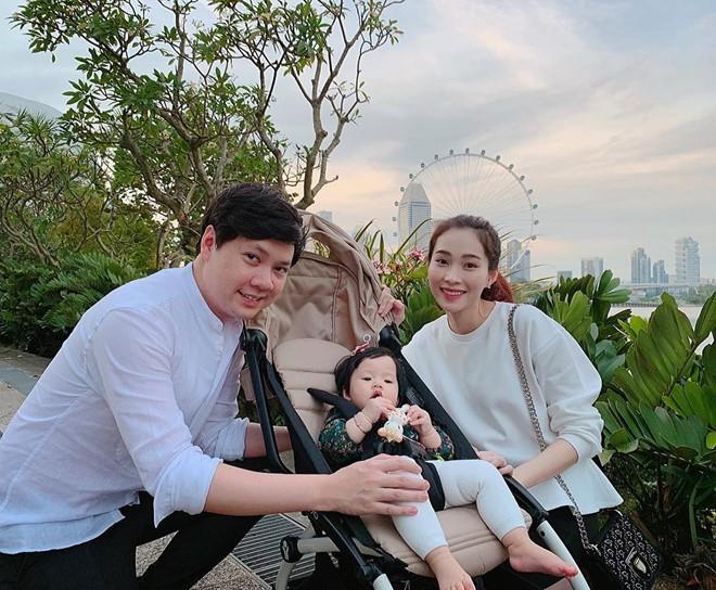 Hoa hậu Thu Thảo lần đầu tiên khoe cận mặt quý tử cực đáng yêu khiến sao Việt 'lụi tim' - ảnh 3