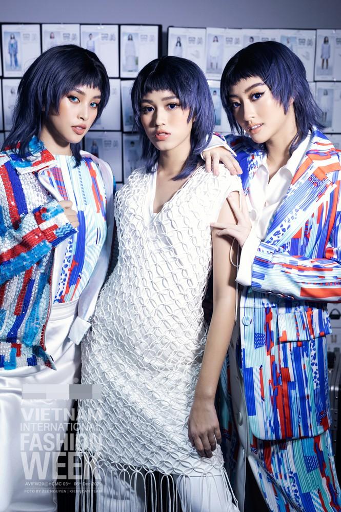 Loạt ảnh hậu trường với thần thái đỉnh cao của Hoa hậu Đỗ Thị Hà, Tiểu Vy - ảnh 2