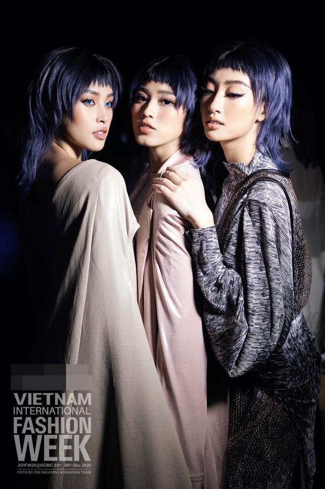 Loạt ảnh hậu trường với thần thái đỉnh cao của Hoa hậu Đỗ Thị Hà, Tiểu Vy - ảnh 11