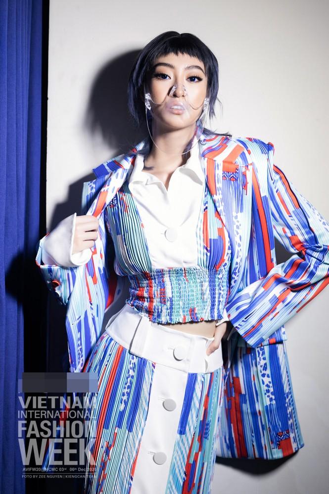 Loạt ảnh hậu trường với thần thái đỉnh cao của Hoa hậu Đỗ Thị Hà, Tiểu Vy - ảnh 8