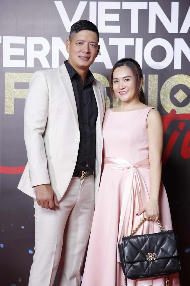 Trương Ngọc Ánh tình tứ sánh vai 'bạn trai tin đồn' Anh Dũng trên thảm đỏ thời trang  - ảnh 3