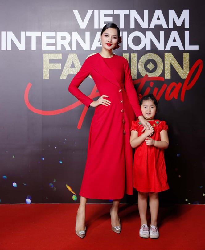 Trương Ngọc Ánh tình tứ sánh vai 'bạn trai tin đồn' Anh Dũng trên thảm đỏ thời trang  - ảnh 7