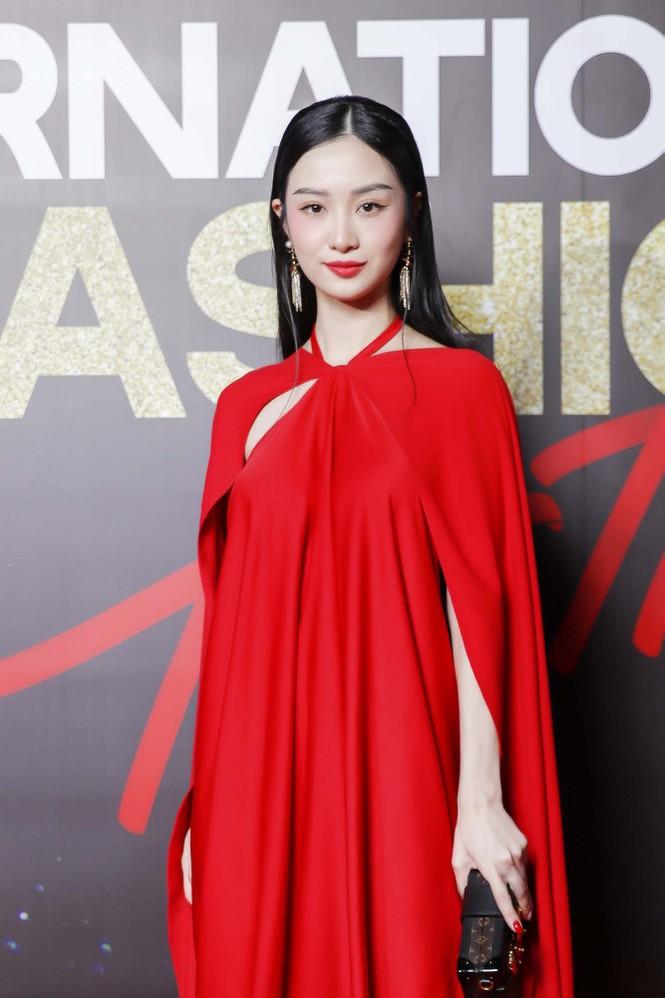 Trương Ngọc Ánh tình tứ sánh vai 'bạn trai tin đồn' Anh Dũng trên thảm đỏ thời trang  - ảnh 8