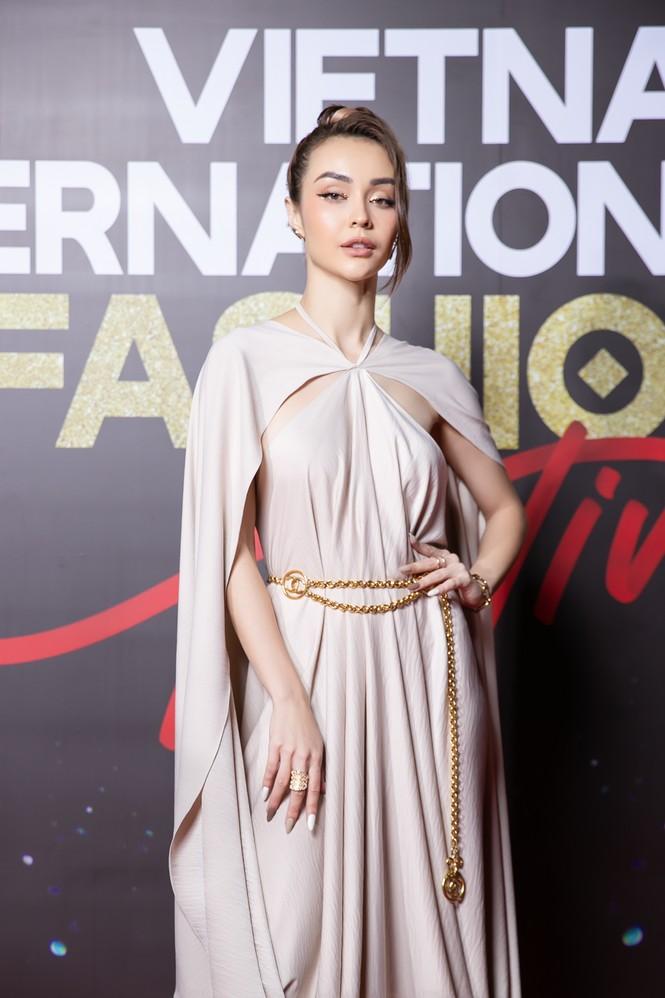 Trương Ngọc Ánh tình tứ sánh vai 'bạn trai tin đồn' Anh Dũng trên thảm đỏ thời trang  - ảnh 10