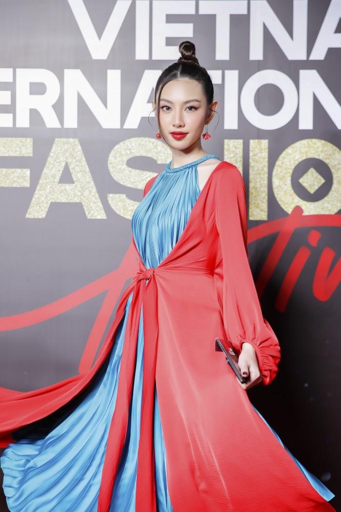 Trương Ngọc Ánh tình tứ sánh vai 'bạn trai tin đồn' Anh Dũng trên thảm đỏ thời trang  - ảnh 9