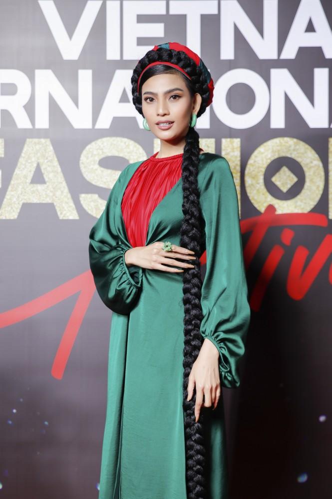 Trương Ngọc Ánh tình tứ sánh vai 'bạn trai tin đồn' Anh Dũng trên thảm đỏ thời trang  - ảnh 5
