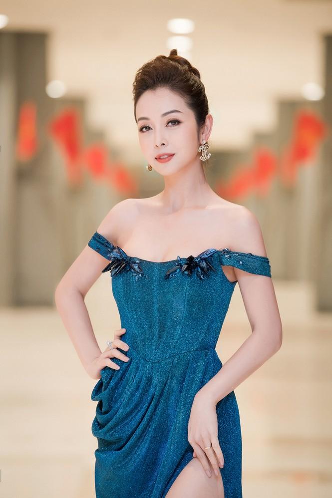 Jennifer Phạm diện váy dạ hội trễ nải, khoe chân dài nóng bỏng giữa tiết trời giá rét - ảnh 3