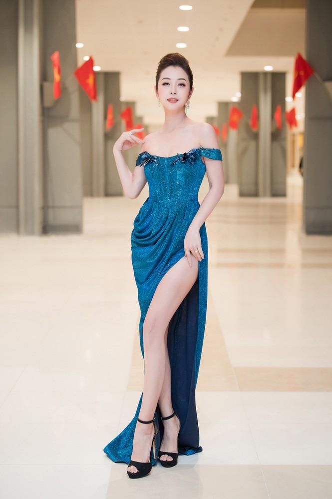 Jennifer Phạm diện váy dạ hội trễ nải, khoe chân dài nóng bỏng giữa tiết trời giá rét - ảnh 1