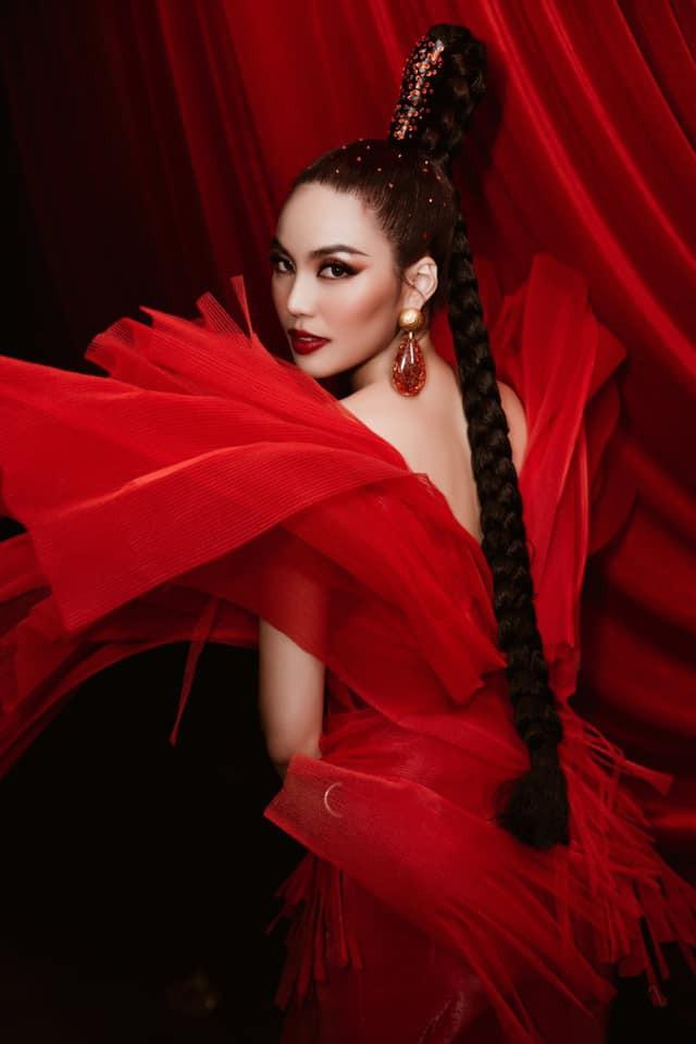 Hoa hậu Tiểu Vy - Lan Khuê 'đọ sắc' với gam màu đỏ quyền lực, khoe nhan sắc 'vạn người mê' - ảnh 3