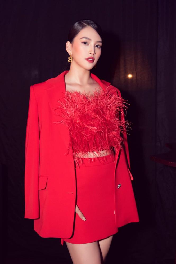 Hoa hậu Tiểu Vy - Lan Khuê 'đọ sắc' với gam màu đỏ quyền lực, khoe nhan sắc 'vạn người mê' - ảnh 1