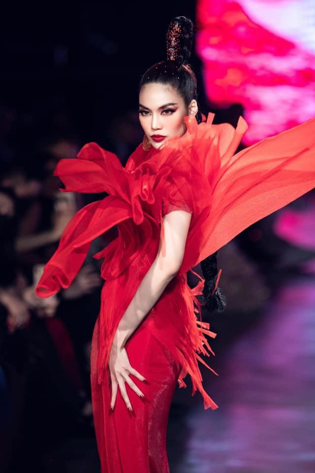 Hoa hậu Tiểu Vy - Lan Khuê 'đọ sắc' với gam màu đỏ quyền lực, khoe nhan sắc 'vạn người mê' - ảnh 4