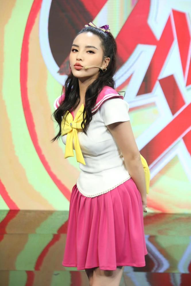 Hoa hậu Tiểu Vy - Lan Khuê 'đọ sắc' với gam màu đỏ quyền lực, khoe nhan sắc 'vạn người mê' - ảnh 13