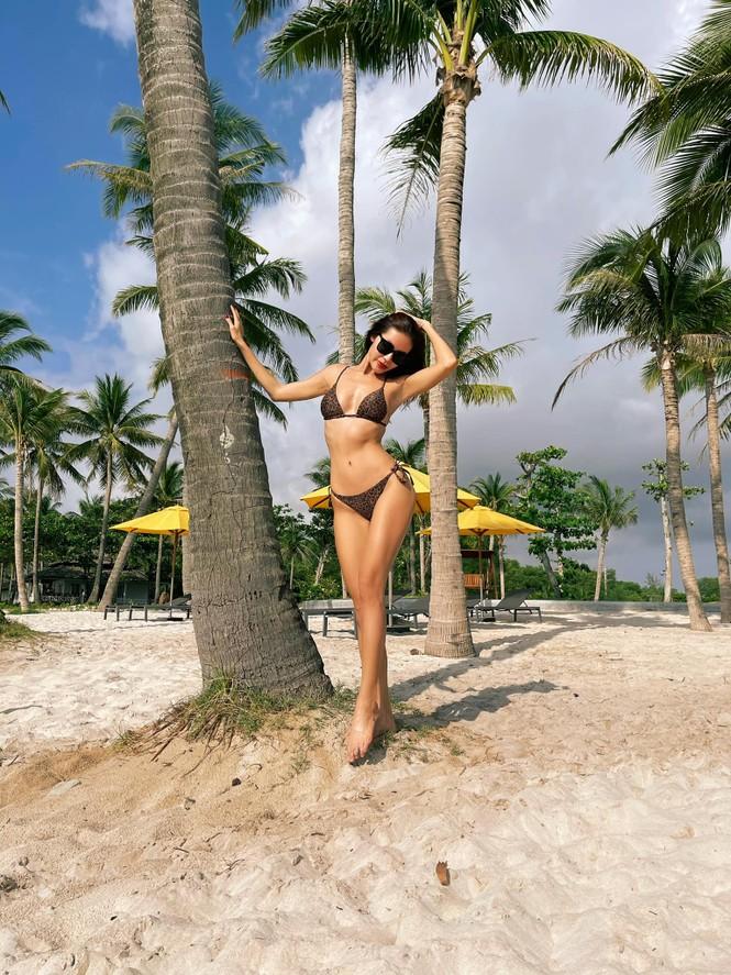 Hoa hậu Tiểu Vy - Lan Khuê 'đọ sắc' với gam màu đỏ quyền lực, khoe nhan sắc 'vạn người mê' - ảnh 10