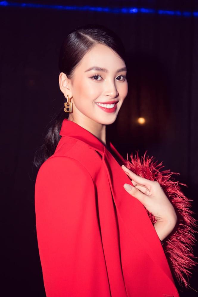 Hoa hậu Tiểu Vy - Lan Khuê 'đọ sắc' với gam màu đỏ quyền lực, khoe nhan sắc 'vạn người mê' - ảnh 2