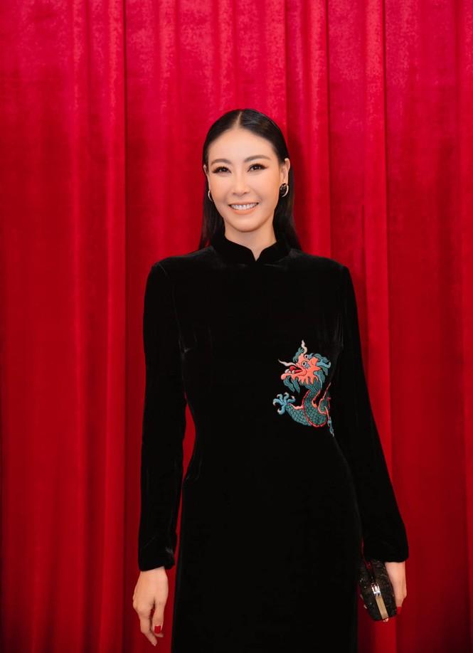Hoa hậu Tiểu Vy - Lan Khuê 'đọ sắc' với gam màu đỏ quyền lực, khoe nhan sắc 'vạn người mê' - ảnh 6