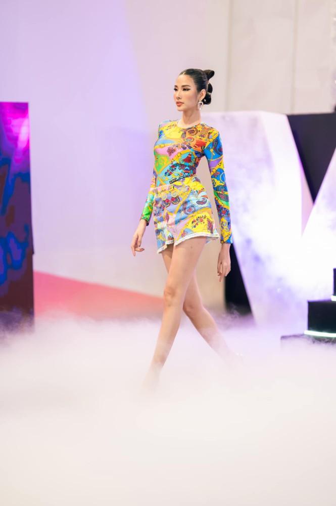 Hoa hậu Đỗ Thị Hà mặc kín mít vẫn xinh đẹp, Tiểu Vy nhí nhảnh hết cỡ bên Trường Giang - ảnh 8