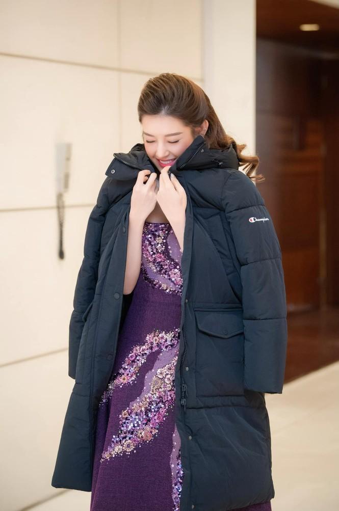 Hoa hậu Đỗ Thị Hà mặc kín mít vẫn xinh đẹp, Tiểu Vy nhí nhảnh hết cỡ bên Trường Giang - ảnh 6