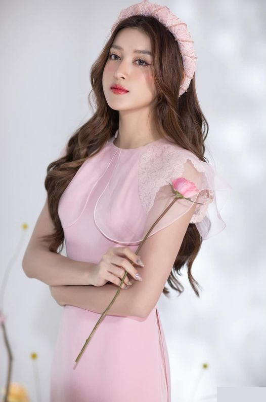 Hoa hậu Đỗ Thị Hà mặc váy cúp ngực nóng bỏng, H'Hen Niê 'đốt mắt' với bikini  - ảnh 9