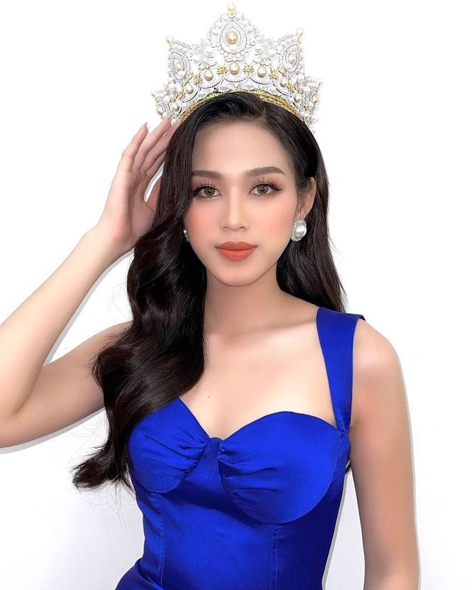 Hoa hậu Đỗ Thị Hà mặc váy cúp ngực nóng bỏng, H'Hen Niê 'đốt mắt' với bikini  - ảnh 1