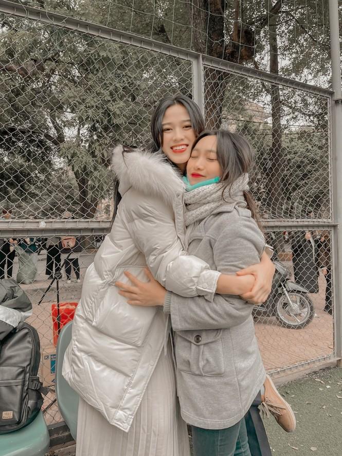 Xem bóng đá ở trường, Hoa hậu Đỗ Thị Hà vẫn cực kỳ xinh đẹp dù ăn mặc giản dị - ảnh 6