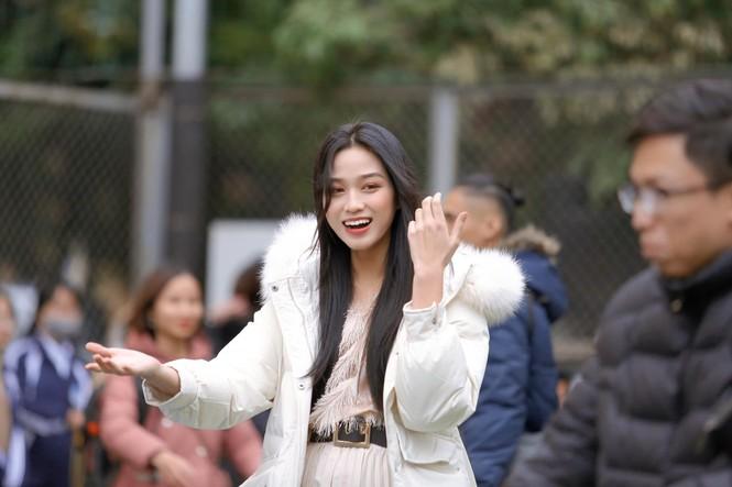 Xem bóng đá ở trường, Hoa hậu Đỗ Thị Hà vẫn cực kỳ xinh đẹp dù ăn mặc giản dị - ảnh 3