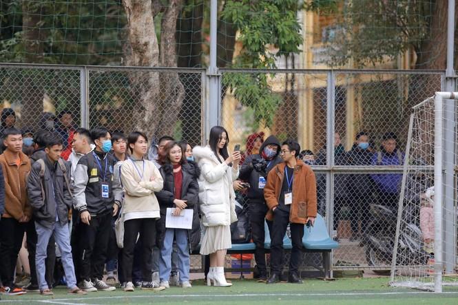 Xem bóng đá ở trường, Hoa hậu Đỗ Thị Hà vẫn cực kỳ xinh đẹp dù ăn mặc giản dị - ảnh 4