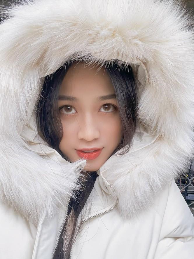 Xem bóng đá ở trường, Hoa hậu Đỗ Thị Hà vẫn cực kỳ xinh đẹp dù ăn mặc giản dị - ảnh 9