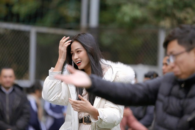 Xem bóng đá ở trường, Hoa hậu Đỗ Thị Hà vẫn cực kỳ xinh đẹp dù ăn mặc giản dị - ảnh 2