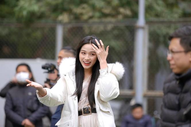 Xem bóng đá ở trường, Hoa hậu Đỗ Thị Hà vẫn cực kỳ xinh đẹp dù ăn mặc giản dị - ảnh 1