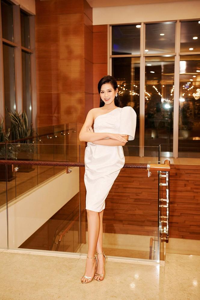 Hoa hậu Đỗ Thị Hà diện đầm lệch vai quyến rũ ngọt ngào - ảnh 1