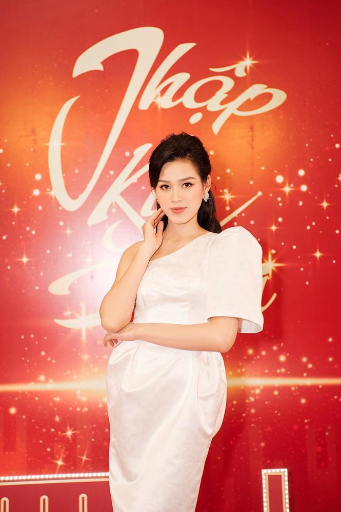 Hoa hậu Đỗ Thị Hà diện đầm lệch vai quyến rũ ngọt ngào - ảnh 2
