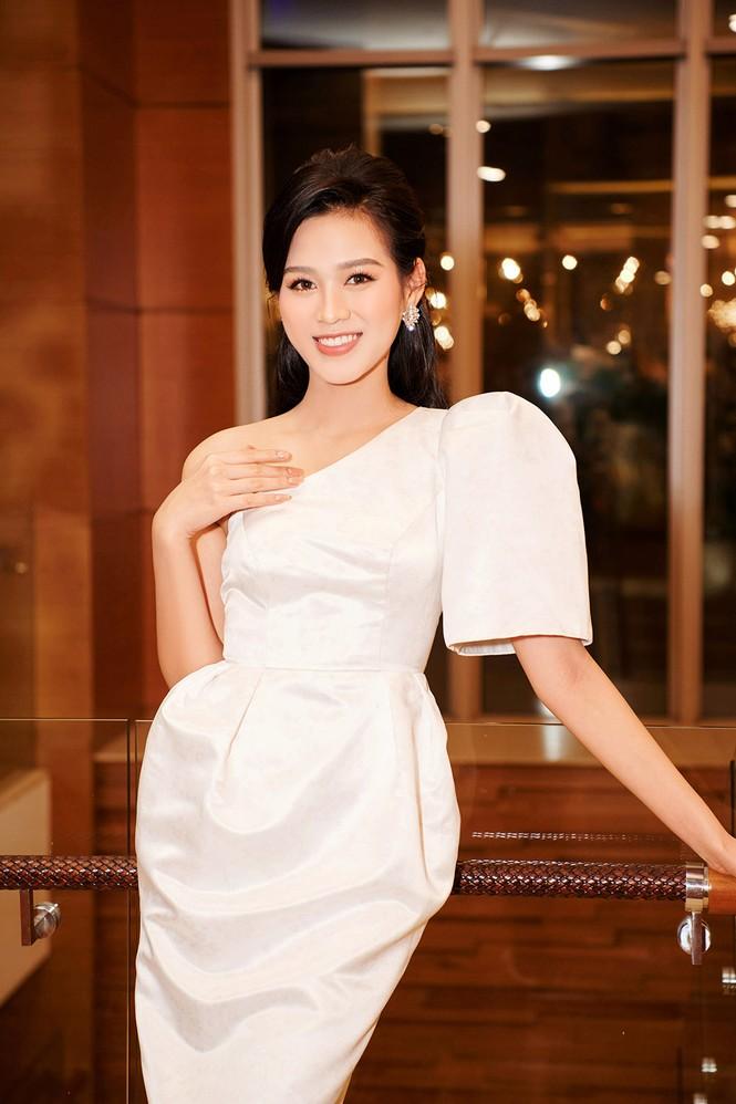 Hoa hậu Đỗ Thị Hà diện đầm lệch vai quyến rũ ngọt ngào - ảnh 3