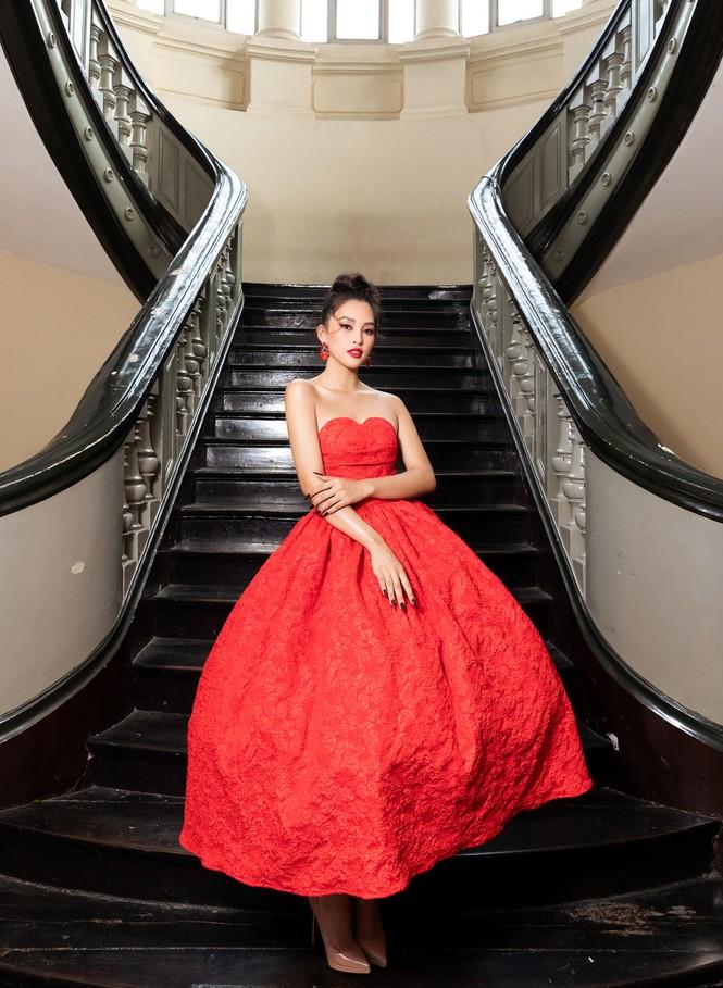 Đỗ Thị Hà diện váy đỏ rực khoe chân dài miên man, đọ sắc đàn chị Tiểu Vy-Hà Kiều Anh - ảnh 3