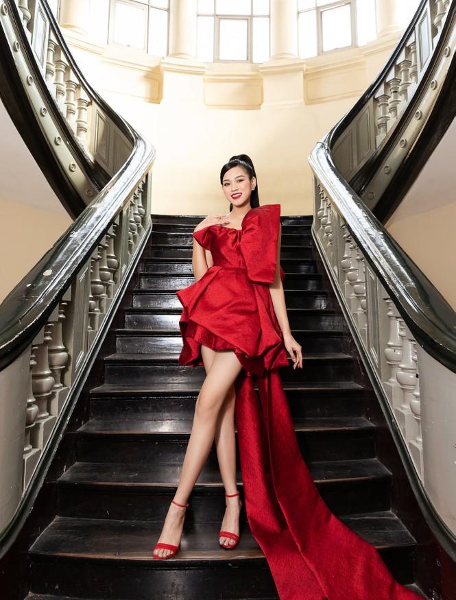 Đỗ Thị Hà diện váy đỏ rực khoe chân dài miên man, đọ sắc đàn chị Tiểu Vy-Hà Kiều Anh - ảnh 1