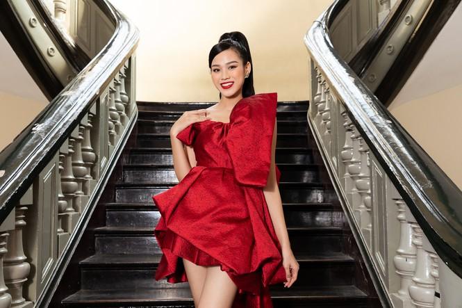 Đỗ Thị Hà diện váy đỏ rực khoe chân dài miên man, đọ sắc đàn chị Tiểu Vy-Hà Kiều Anh - ảnh 2
