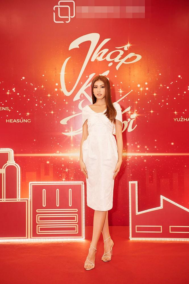 Hoa hậu Đỗ Thị Hà diện đầm lệch vai quyến rũ ngọt ngào - ảnh 4
