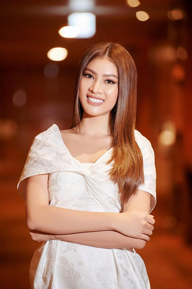 Hoa hậu Đỗ Thị Hà diện đầm lệch vai quyến rũ ngọt ngào - ảnh 5