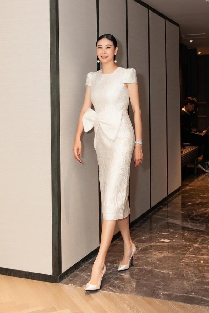 Đỗ Thị Hà nền nã với áo dài, Hoàng Thuỳ diện váy xuyên thấu hoá 'mỹ nhân ngư' - ảnh 7