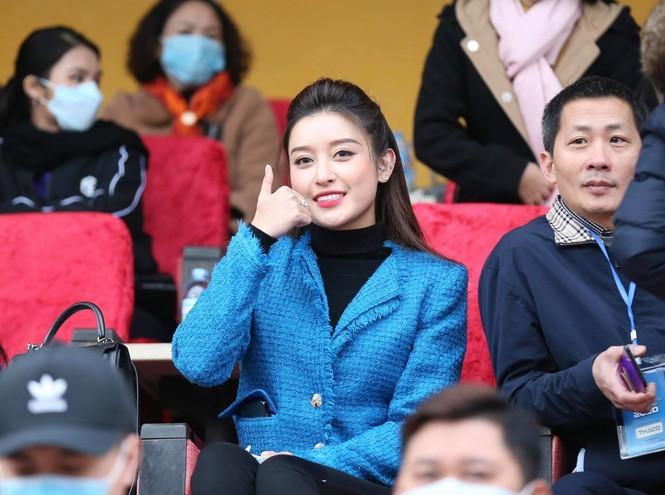 Huyền My xinh đẹp đi xem đá bóng thu hút sự chú ý của báo Thái Lan - ảnh 2